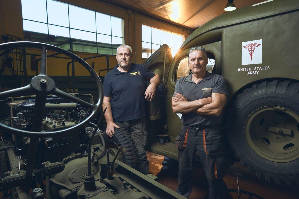 ritratto dei gestori dell'officina meccanica WDM di Sarzana, restauratori di mezzi militari WWII americani