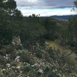 vista di un'auto abbandonata nei pressi di una piccola cava a La Rocchetta di Lerici. Cielo nuvoloso in direzione nord