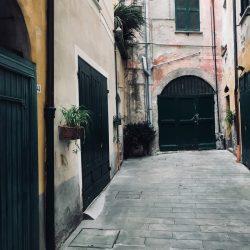 Vicolo cieco di Piazza Mottino a Lerici, con portone. Location Scouting Italia - duzimage