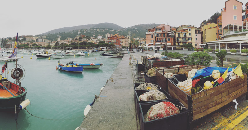 Via Giuseppe Mazzini, Lerici. Reti dei pescatori lungo il molo che si affaccia sul Golfo dei Poeti