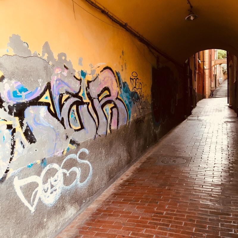 Graffity in via Doria nello sbocco in piazza Garibaldi a Lerici. Location Scouting Italia - duzimage