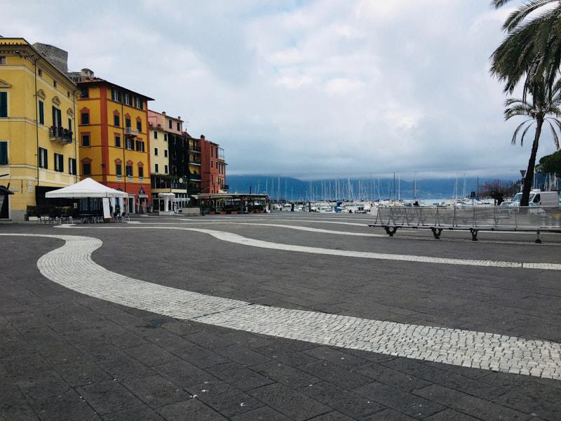 Piazza Garibaldi a Lerici verso mare. Location Scouting Italia - duzimage