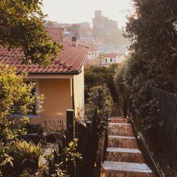 scalinata nei pressi di VIa della Repubblica verso Via Roma - Lerici, Liguria. Vista del Castello di Lerici sotto una calda luce di tardo pomeriggio invernale.