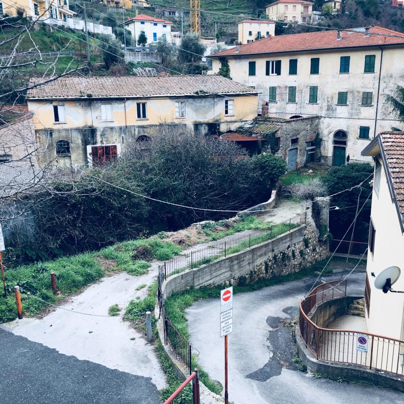 Lerici, edificio abbandonato sottostrada verso Tellaro. location scouting italia - duzimage