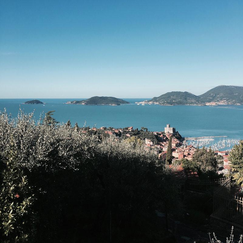Viasta panoramica sopra Lerici ed il Golfo dei Poeti con le isole Palmaria, Tino e Tinetto. Locationscouting - duzimage