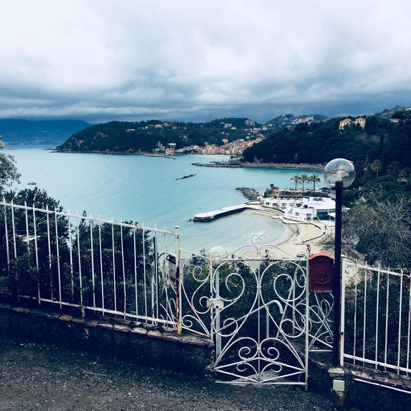 Vista dall'alto della spiaggia Il Lido di Lerici. Location Scouting Italia, duzimage