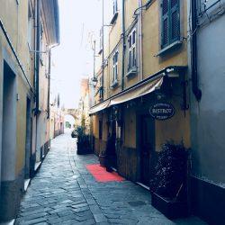 Via dei Giardini Sarzana, con insegna ristorante Bistrot sulla destra.