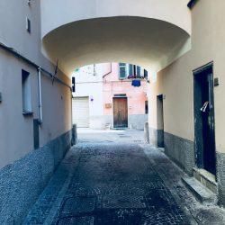 Via Fondachi - Sarzana. Arcata con pavimento in sampietrini. Location Scout - duzimage