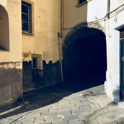 angolo prima dell'arcata verso Via Torrione Stella Sud Sarzana. Breve galleria in pietra a vista con pavimentazione lastricata. Location Scout duzimage