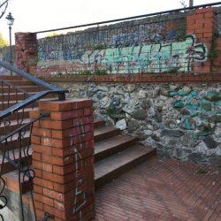 muro sotto la circonvallazione di Sarzana. Pietra e graffity con scalini in mattoni rossi. Location scout duzimage