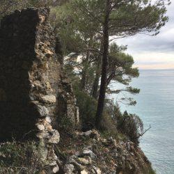 rudere lungo il sentiero tra Zanego e Tellaro soprastante la Groppina. Location scout Italia - duzimage