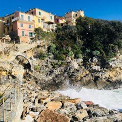 VIsta del Borgo di Tellaro dal mare sotto la piazzetta dell'oratorio Selàa - duzimage Location Scouting Italia