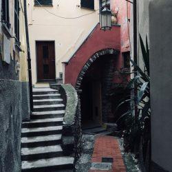 Arcata e scalinata del carrugio ligure che porta all'oratorio Selàa ed alla Marina di Tellaro - Location Scouting Italia - duzimage