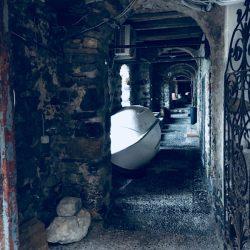 Location Scouting Italia - Tellaro, recensito come uno dei Borghi più belli d'Italia, fa parte del territorio del Comune di Lerici affacciandosi sul Golfo dei Poeti. Rimessaggio privato presso la Marina di Tellaro