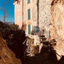 Via pedonale attorno al promontorio di Tellaro. Case sottostanti la piazzetta dell'oratorio Selàa. Location Scouting Italia - duzimage