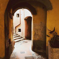 Arcata del carrugio ligure che porta all'oratorio Selàa ed alla Marina di Tellaro - Location Scouting Italia - duzimage