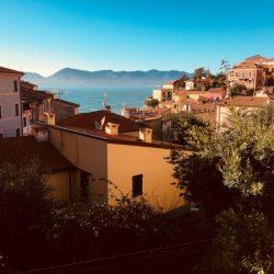 VIsta del borgo dalla terrazza di uno dei caffè nella piazzetta centrale. Location scouting Italia - duzimage