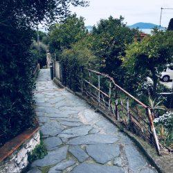 Viottolo che collega la strada verso il cimitero alla piazzetta inizio zona ZTL - Location Scouting Italia - duzimage