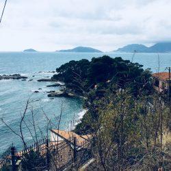 Vista delle spiaggia Fiascherino 2 dalla strada verso il borgo di Tellaro. Location Scouting Italia - duzimage