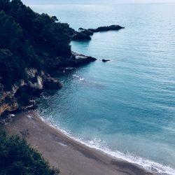 Spiaggia privata Eco del Mare vista dalla strada per Tellaro - Location Scouting Italia - duzimage