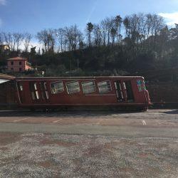 Antico vagone tram color rosso con evidenti segni di ruggine ed usura situato nel piazzale delle Ex Ceramiche Vaccari. Location Scout duzimage https://www.duzimage.com/category/locationscouting/