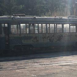 Antico vagone tram color verde con evidenti segni di ruggine ed usura situato nel piazzale delle Ex Ceramiche Vaccari. Location Scout duzimage https://www.duzimage.com/category/locationscouting/