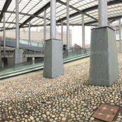 Tettoia e colonne in metallo del centro commerciale Leclerc di Santo Stefano Magra. Pavimentazione decorativa in pietra e mattoni. Ringhiere in metallo ed accesso al parcheggio sotterraneo. Location Scout duzimage