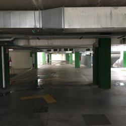 Parcheggio sotterraneo centro commercial Leclerc di Santo Stefano Magra. Umidità sul pavimento in cemento, segnaletica orizzontale, condotti dell'aria - Location Scout duzimage https://www.duzimage.com/category/locationscouting/