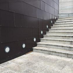 Area pedonale di fronte all'ingresso del centro commerciale Leclerc di Santo Stefano Magra. Muro in metallo, pavimentazione lastricata e cemento. Location Scout duzimage https://www.duzimage.com/category/locationscouting/