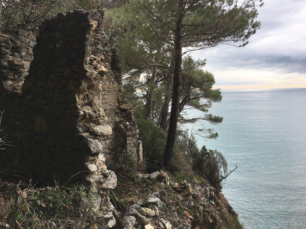 rudere che si affaccia sul mare sopra la spiaggia rocciosa de La Groppina nei pressi di Tellaro