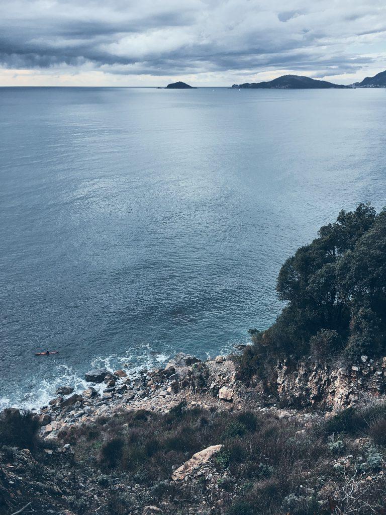 vista dall'alto della spiaggia rocciosa de La Groppina nei pressi di Tellaro
