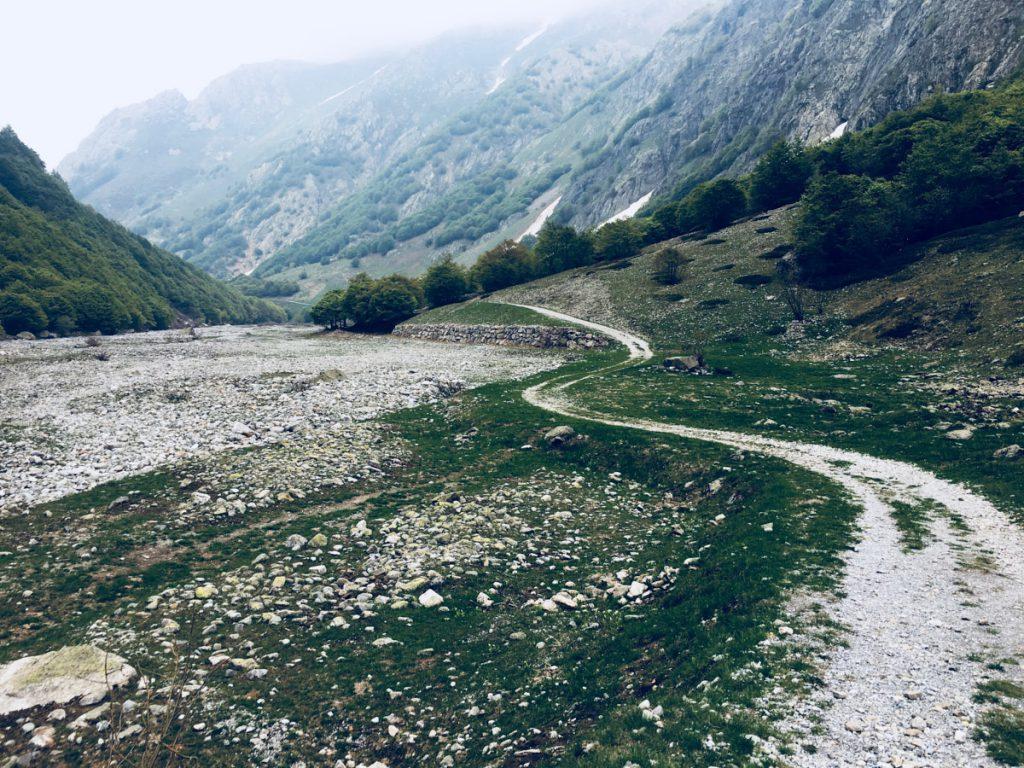 vista della strada bianca lungo torrente in zona Entracque. - Piemonte