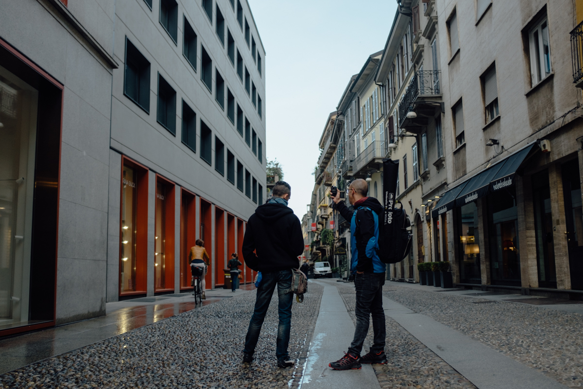 Federico Gusso e Paolo Corradeghini ritratti di spalle da Sebastiano Bongi Tomà in Via Fiori Chiari a Milano per un servizio fotografico
