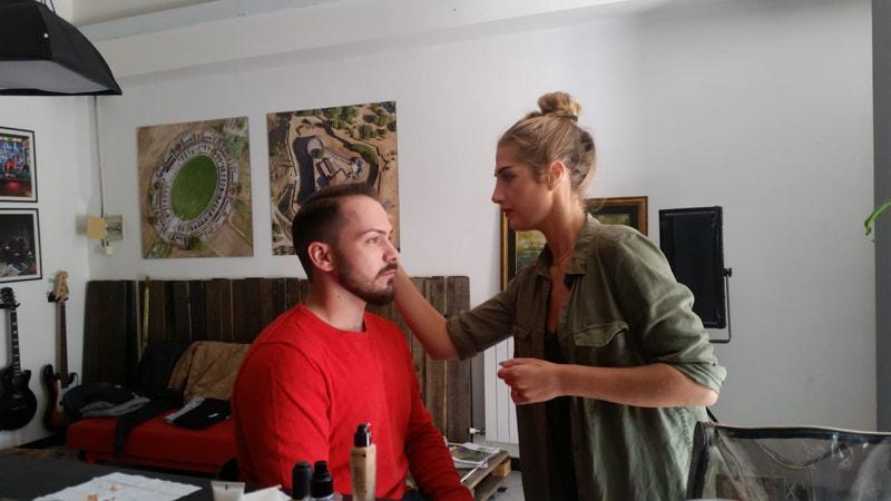 MUA Francesca mentre trucca Mattia per lo scatto ADV Damiani Occhiali