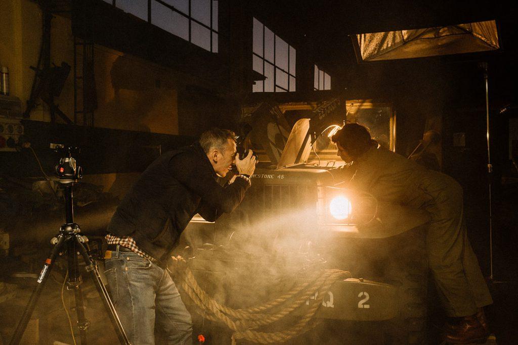 fotografo David Umberto Zappa realizza scatto dedicato alla storia in un'officina meccanica. Soggetto femminile mentre lavora ad un motore di un mezzo militare americano della seconda Guerra Mondiale