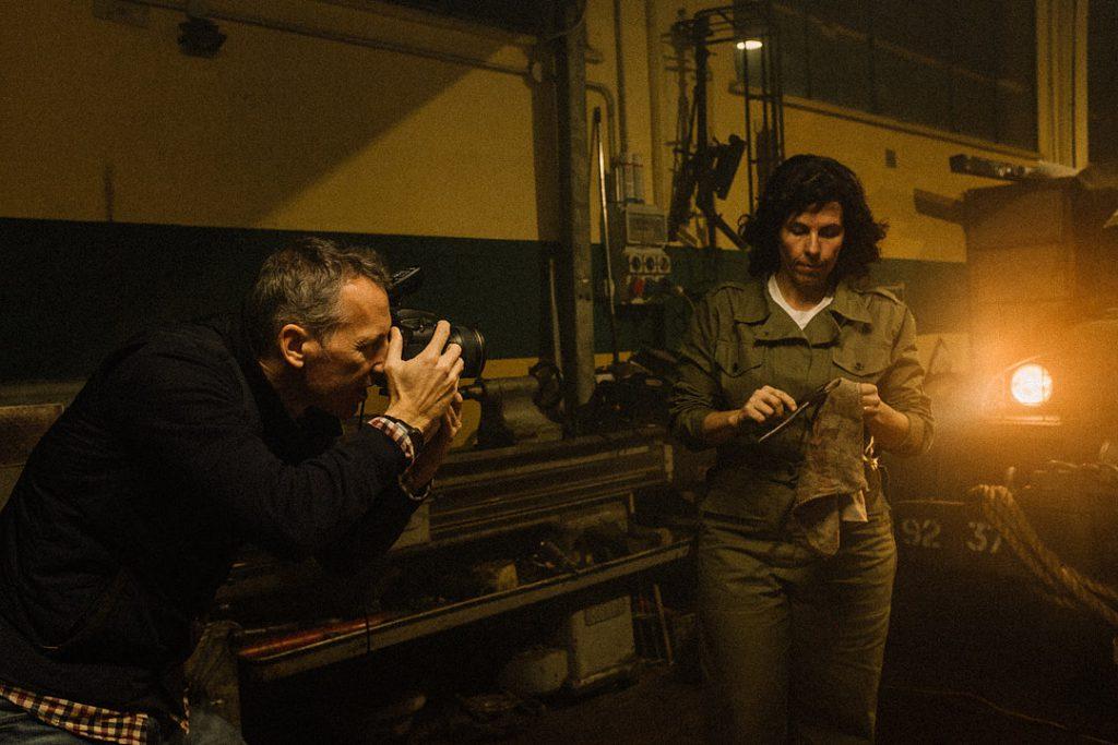 fotografo David Umberto Zappa realizza scatto dedicato alla storia in un'officina meccanica. Soggetto femminile mentre pulisce degli attrezzi da meccanico