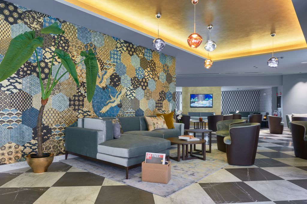 Lobby Hotel Michelangelo Carrara - divano e carta da parati moderna