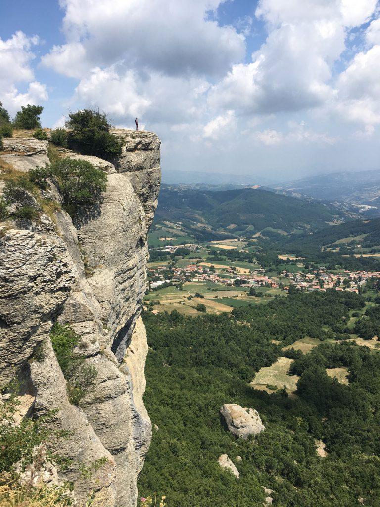 Uomo si affaccia da una roccia sulla cima della Pietra di Bismantova - foto LocationScoutingItalia