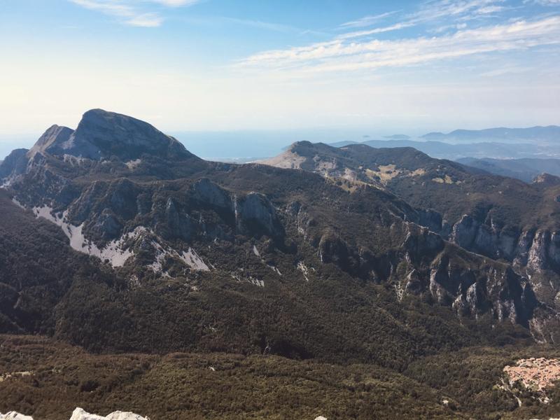Vista parete nord del Monte Sagro - Alpi Apuane. Vetta Pizzo d'Uccello